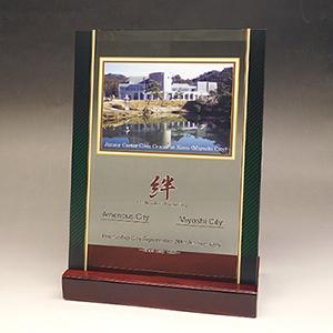 友好記念品のフルカラー写真入りガラス楯(盾)