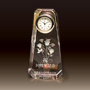 周年記念品のクリスタル楯(盾)バラ、時計付き