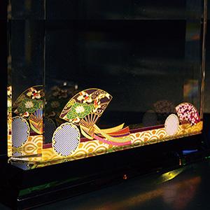 叙勲受章祝いのフルカラー絵柄入りクリスタル楯(ダイヤカットアーチ型)扇と雪輪柄