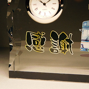 フルカラー写真入りクリスタル楯盾)時計付きの部分アップ
