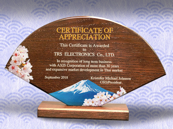 木製楯(盾)の記念品、木の楯(盾)扇型の感謝状(英文)、和柄:富士山と桜柄