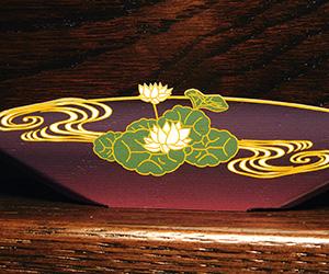 木製楯(盾)の記念品、木の楯(盾)和柄:鯉と蓮